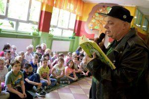 Skiba czyta dzieciom